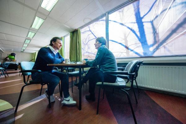 Matthijs Ran in gesprek met collega's