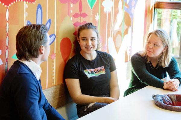 Matthijs Ran in gesprek met leerlingen